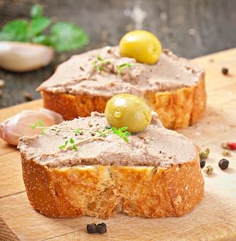 Zelfgemaakte vleessnack kip leverpastei met hartige en olijven