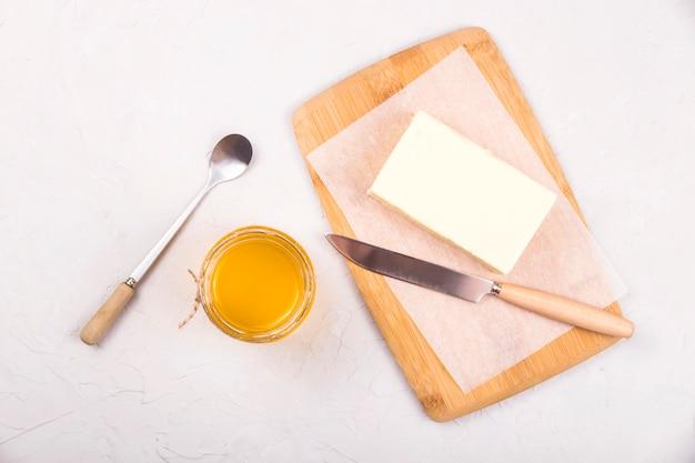 Zelfgemaakte vloeibare ghee of geklaarde boter erin