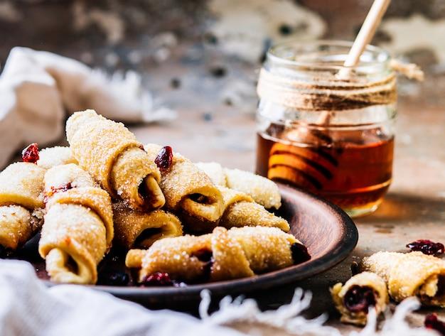 Zelfgemaakte volkoren havermoutkoekjes met pecannoten, gedroogde cranberries en honing