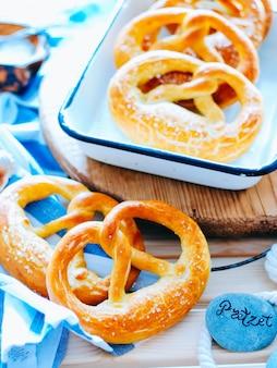 Zelfgemaakte volkoren pretzels met zout, oktobetfest