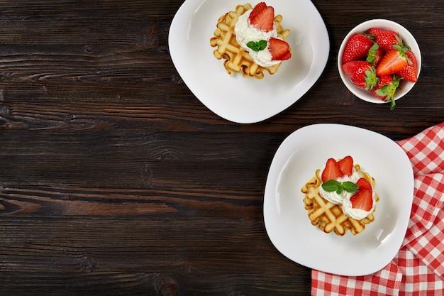 Zelfgemaakte wafels versierd met aardbeien