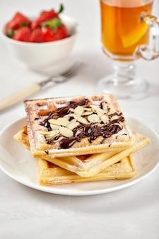 Zelfgemaakte wafels versierd met chocolade