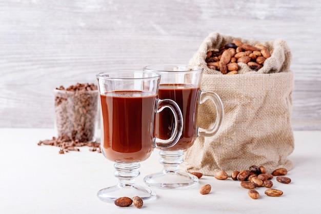Zelfgemaakte warme chocolademelk drinken