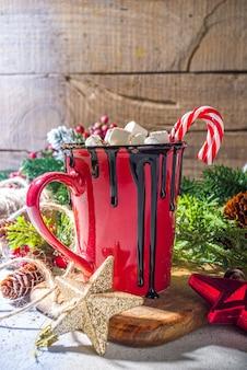 Zelfgemaakte warme chocolademelk met mini-marshmallows, warme, gezellige cacao-kerstdrank op houten achtergrond met kerstversieringen kopieerruimte