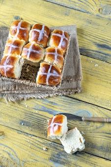 Zelfgemaakte warme kruisbroodjes