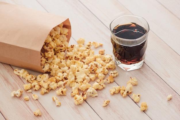 Zelfgemaakte waterkoker maïs popcorn in een zak