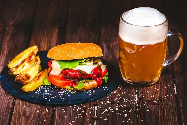Zelfgemaakte watertanden, heerlijke rundvleesburger met sla en bier