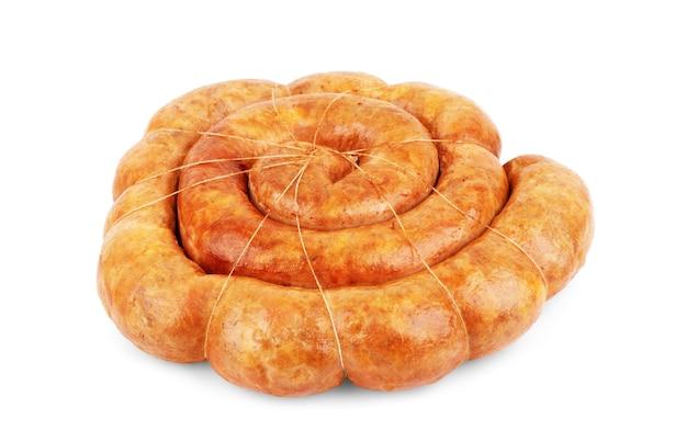 Zelfgemaakte worstjes gebakken op een witte achtergrond
