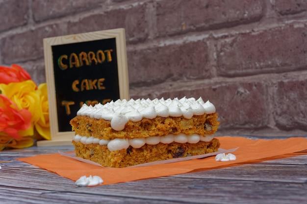Zelfgemaakte worteltaart op houten tafel