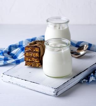 Zelfgemaakte yoghurt in een glazen pot en snacks