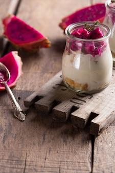 Zelfgemaakte yoghurt met rijp drakenfruit