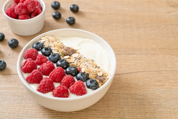 Zelfgemaakte yoghurtkom met framboos, bosbes en granola - healthy food style