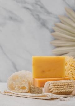 Zelfgemaakte zeep en spons vooraanzicht
