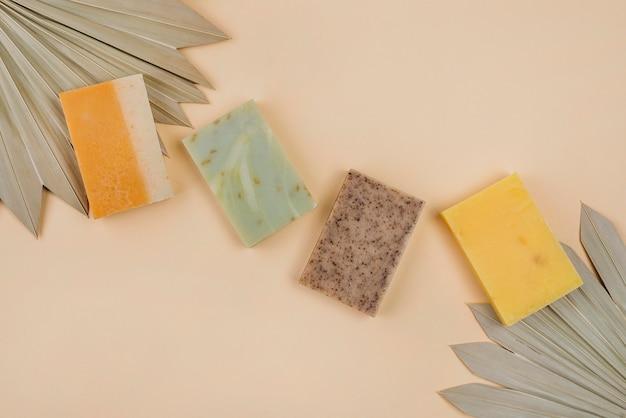 Zelfgemaakte zeepblokken en abstracte bladeren