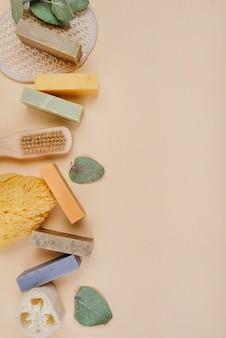 Zelfgemaakte zeepblokken en borstels