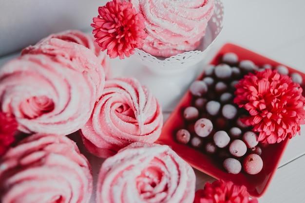 Zelfgemaakte zephyr. marshmallow van cranberry, roze