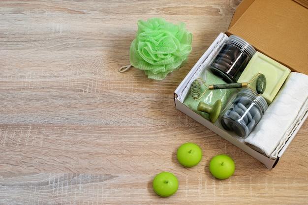 Zelfgemaakte zero waste-geschenkdoos met cosmetische producten voor persoonlijke huidverzorging, huid- en gezichtsmassageapparaat