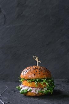 Zelfgemaakte zoete aardappel hamburger