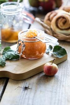 Zelfgemaakte zoete appeljam - organisch gezond vegetarisch voedsel. appeljam appelmarmelade. broodjes met jam en kaneel. met kopie ruimte.