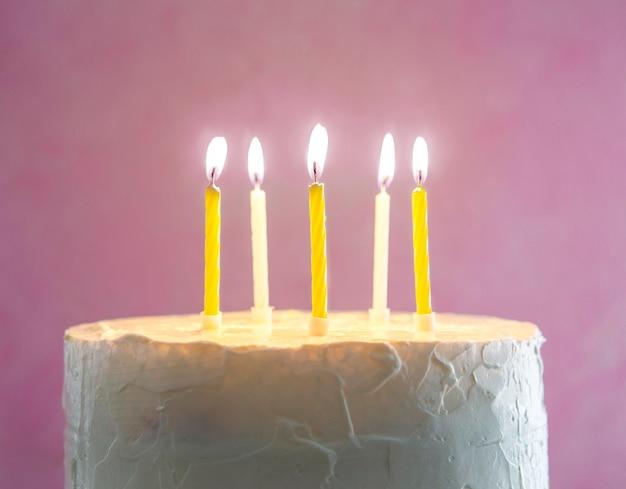 Zelfgemaakte zoete cake voor verjaardag met kaarsen lichter