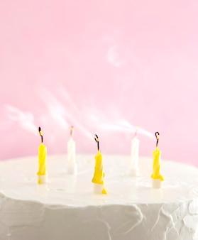 Zelfgemaakte zoete cake voor vooraanzicht van de verjaardag