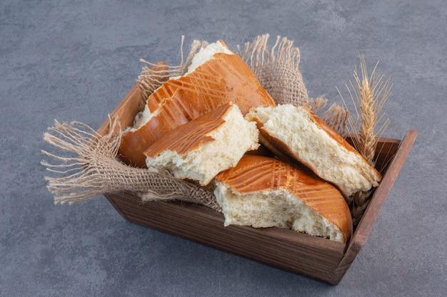 Zelfgemaakte zoete gebakjes in houten doos.