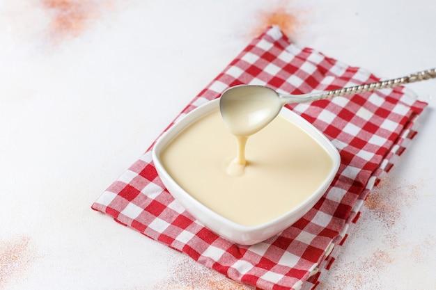 Zelfgemaakte zoete gecondenseerde melk.