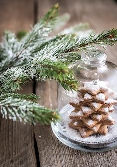 Zelfgemaakte zoete kerstboom onder de glazen koepel