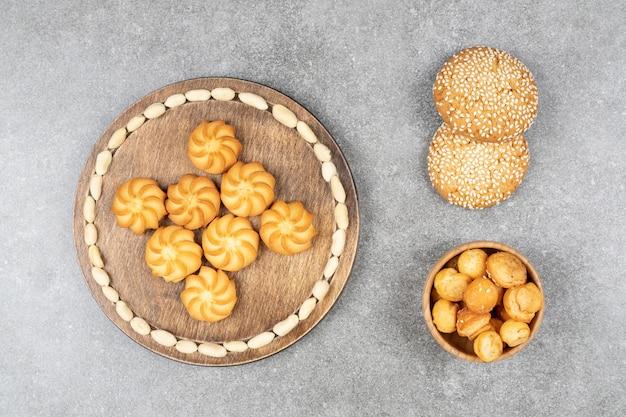 Zelfgemaakte zoete koekjes op marmeren oppervlak