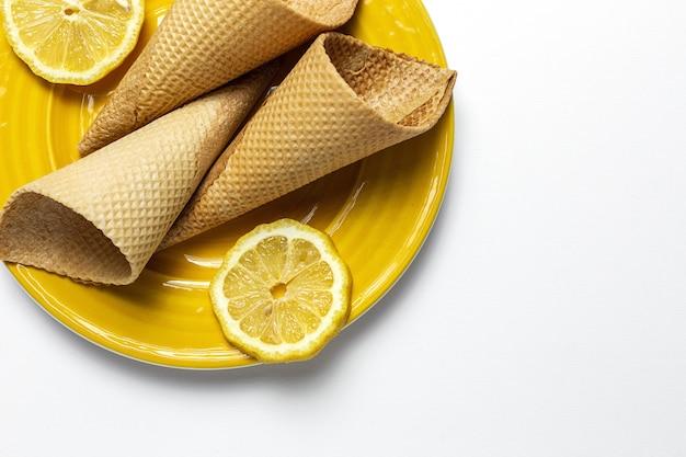 Zelfgemaakte zoete wafel kegel ijs op plaat