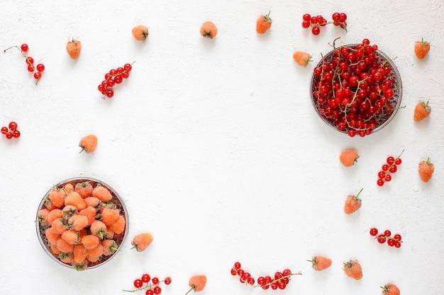 Zelfgemaakte zomer berry teer taart, verschillende bessen, gouden frambozen, bramen, rode bessen, frambozen en zwarte bessen, bovenaanzicht