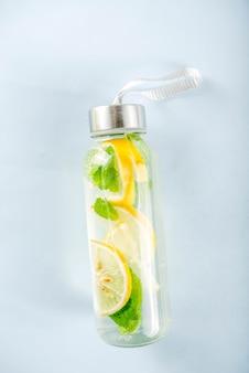 Zelfgemaakte zomer limonade in fles