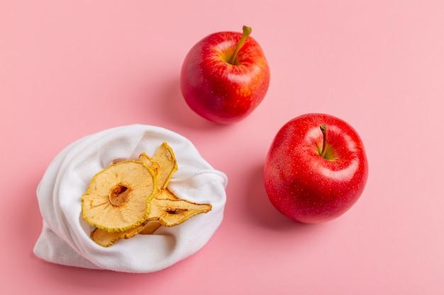 Zelfgemaakte zongedroogde biologische appelschijfjes