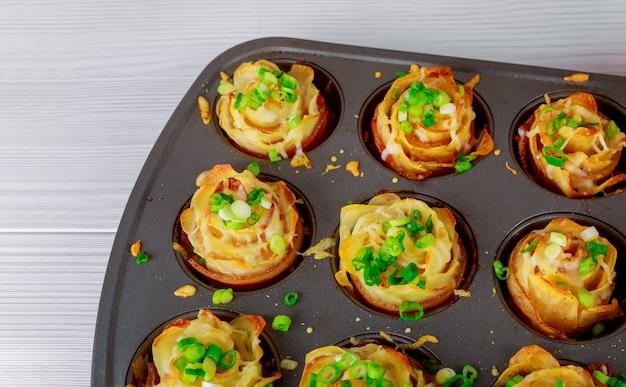 Zelfgemaakte zout in spek, gebakken aardappelen in plaat