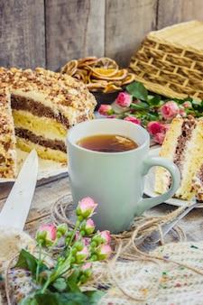 Zelfgemaakte zure room cake met thee. selectieve aandacht.