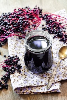 Zelfgemaakte zwarte vlierbessensiroop in glazen pot