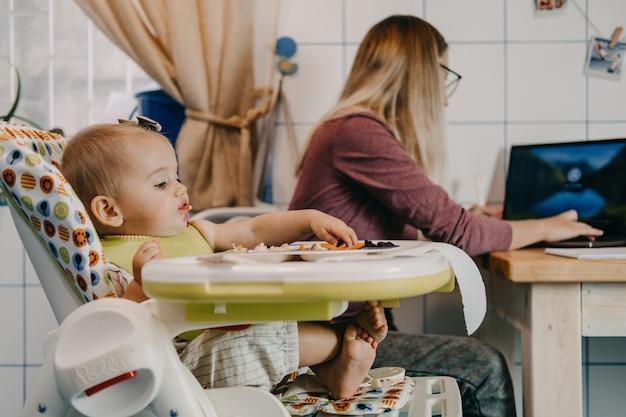 Zelfisolatie online in quarantaine werken met kinderen drukke moeders balanceren tussen tijd voor mezelf en familietijd