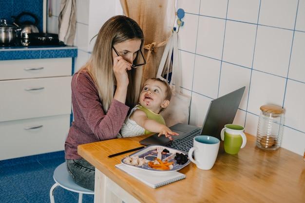 Zelfisolatie online in quarantaine werken met kinderen drukke moeders balanceren tussen tijd voor mezelf en familietijd Premium Foto