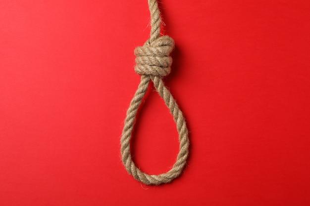 Zelfmoord touw op rode muur, ruimte voor tekst Premium Foto