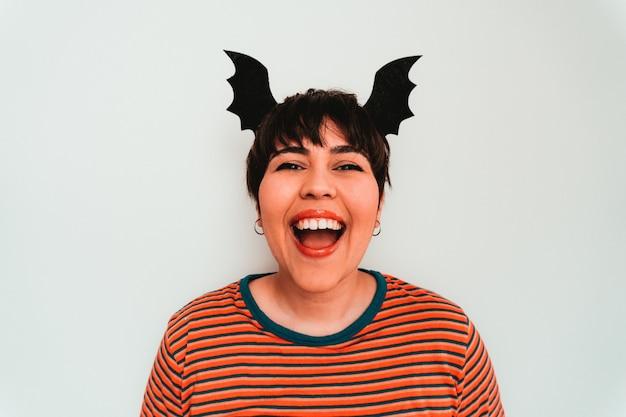 Zelfportret van een glimlachende blanke vrouw met een vleermuisvormige hoofdband