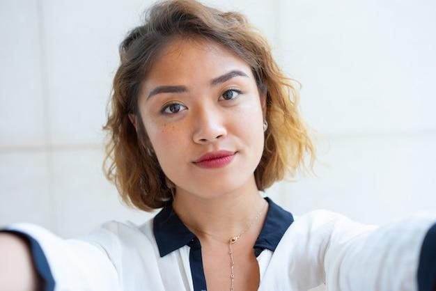 Zelfportret van mooi chinees meisje