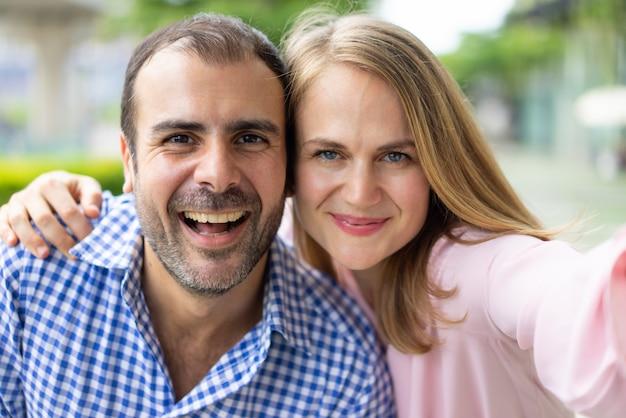 Zelfportret van vrolijk modern paar in liefde.