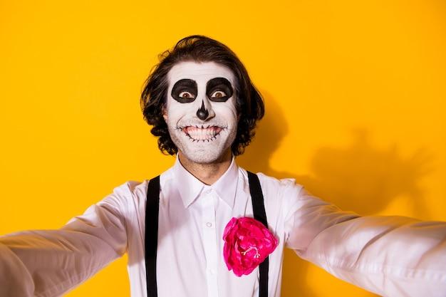 Zelfportret van zijn aardige knappe griezelige vrolijke vrolijke blije grappige kerel catrina feestelijk november met plezier vrije tijd geïsoleerd helder levendig glans levendige gele kleur achtergrond