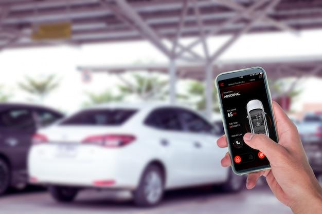 Zelfrijdende auto bestuurd met app op smartphone om te parkeren op de parkeerplaats.