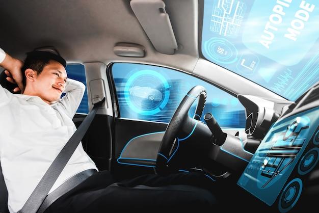 Zelfrijdende autonome auto met man op de bestuurdersstoel. Premium Foto