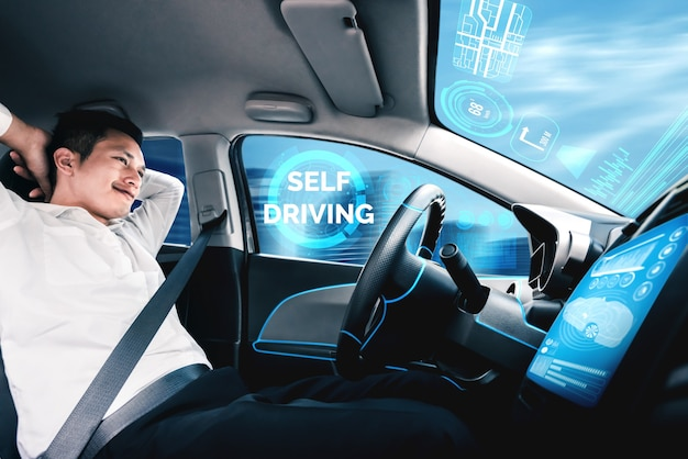 Zelfrijdende autonome auto met man op de bestuurdersstoel.