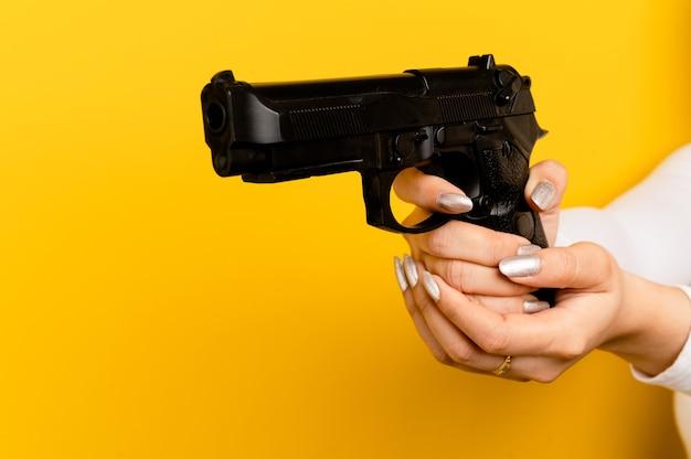 Zelfverdediging met geweren een vrouw die met een pistool schiet een pistool de zelfverdediging van een vrouw vanuit de gevaren rondom