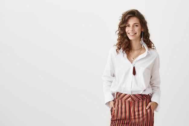 Zelfverzekerd aantrekkelijke vrouwelijke ondernemer glimlachen