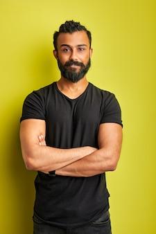Zelfverzekerd geconcentreerde arabische mannelijke poseren geïsoleerd in de studio, indiase arabische moderne man met uitgestrekte uitdrukking