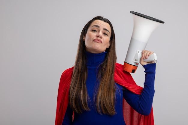 Zelfverzekerd jong superheld meisje met luidspreker geïsoleerd op wit